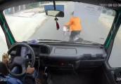 Lơ là chưa tới 1 giây, tài xế xe tải vô tình gây tai nạn nghiêm trọng