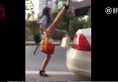 Đóng cốp ô tô bằng chân: Trào lưu khoe chân của giới trẻ Trung Quốc