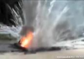 Video: Xem bóng cứu hỏa dập tắt đám cháy ngay tức thì cho xe