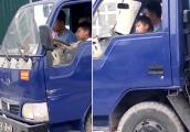Người đàn ông để bé trai cầm lái xe tải 1,25 tấn gây phẫn nộ
