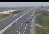 Xe khách đi ngược chiều trên đường cao tốc Hà Nội - Hải Phòng