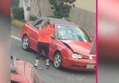 VW Golf Cabriolet đời cũ tan nát dưới cơn thịnh nộ của phụ nữ