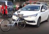 Xe đạp khiến Toyota Corolla Altis móp đầu tại Trung Quốc