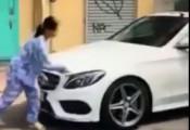 Cơn thịnh nộ của bà cụ đập kính xe Mercedes C200: Đền xe trăm triệu