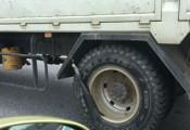 Xe tải buộc thun cao su ở bánh xe để làm gì?