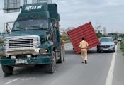 Container bỗng dưng rơi xuống đầu, vì đâu nên nỗi?