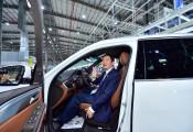 VinFast giao xe sang đầu tiên, sếp Địa ốc Hòa Bình tự lái xuất xưởng