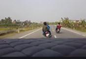 Xử lý thế nào khi lái xe máy đá hư gương ô tô do mâu thuẫn?