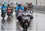 Phủ tà áo mưa trước đầu xe máy: Cấm tiệt!