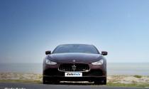 Biển một bên và Maserati Ghibli một bên...