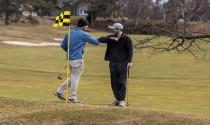 """Các sân golf trên thế giới dùng chiến thuật """"không đụng chạm"""" để vượt qua bão Covid-19"""