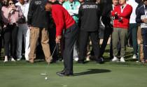Khi thực hành tập putting, điều đầu tiên mà Tiger Woods làm là?