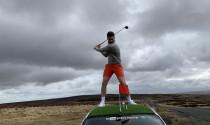 Chơi golf trên… nóc xe ô tô