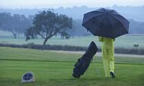 Chơi golf dưới mưa, những điều golfer cần chuẩn bị và kỹ thuật chơi tốt