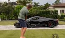 Đánh bóng golf qua cửa siêu xe Ferrari LaFerrari
