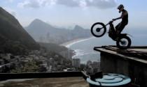 Julien Dupont thực hiện các pha mạo hiểm bằng xe máy