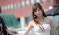Người mẫu Hàn bên Nissan Cube