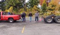 Bán tải Chevrolet thi kéo co với xe container