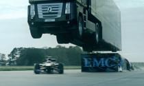 Xe tải nhảy qua xe đua lập kỷ lục Guinness