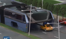 """""""Siêu"""" xe buýt chở 1.400 khách, """"nuốt"""" trọn xe ô tô"""