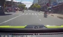Video xe máy va chạm ô tô bị truy đuổi đến cùng