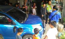 Người bố cứu mạng 2 con trước đầu ôtô trong gang tấc