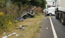 Dùng điện thoại khi lái xe, tài xế gây tai nạn kinh hoàng