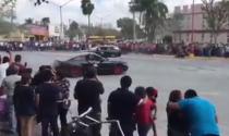 Bộ đôi Ford Mustang bất ngờ lao vào khán giả khi đang trình diễn drift
