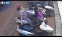 Mở cốp xe ga trong 2 giây, cặp đôi nữ ăn cướp túi xách dễ dàng