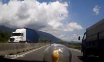 Container lật nhào vì tránh Ecosport chạy ẩu