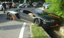 Siêu bò Lamborghini Aventador vượt ẩu gây tai nạn