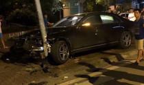 """Hà Nội: Mercedes S400L 4 tỷ đồng nát đầu, tài xế bỏ xe về nhà """"ngủ"""""""