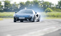 """""""Phấn khích"""" xem nhà báo nổi tiếng Chris Harris vần vô lăng McLaren 750GT"""