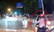 """Video tổng hợp: \""""Thanh niên mặc đồng phục Grab bốc đầu xe máy giữa phố\"""""""