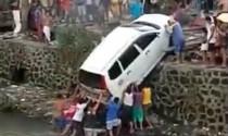 Đám đông Philippines tay không giải cứu chiếc ô tô bị rơi xuống kênh