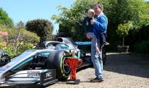 Fan nhí được xe đua F1 của Hamilton ghé thăm tận nhà