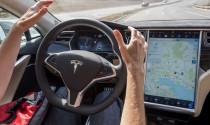Đừng tin khả năng chuyển làn tự động mới của Tesla