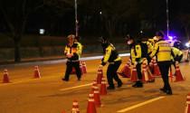 """Cảnh sát Hàn Quốc kiểm tra tài xế ô tô uống rượu bia theo kiểu """"không giống ai"""""""