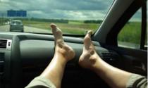 Giận tím người với thói gác chân lên ghế xe