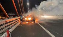 Xe Mercedes 2 tỷ cháy trơ khung trên cầu Bạch Đằng
