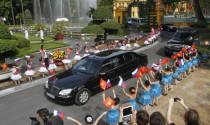 Người nước ngoài đi xe du lịch vào Việt Nam phải có xe dẫn đường