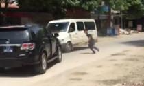 Video xe ô tô biển xanh ép xe khách chạy giật lùi hàng cây số