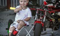 Cậu bé 3 tuổi lái mini bike điêu luyện như tay đua chuyên nghiệp