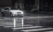 Có nên sử dụng kính râm khi lái xe lúc trời mưa?