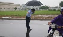 Chủ cây xăng Nhật đội mưa nhiều giờ cúi gập người chào khách