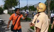 Cảnh sát giao thông có được phản ứng mạnh khi bị xúc phạm, thách thức?
