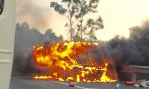 Xe hơi bốc cháy khi đang chạy, nghi vấn từ việc phơi rơm rạ bên đường