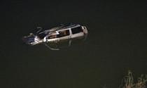 Ôtô va xe máy rồi lao xuống sông, 5 người chết