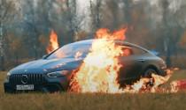 Bực mình với dịch vụ, chàng trai trẻ đốt luôn chiếc xe Mercedes tiền tỷ
