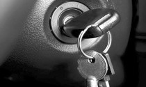 Quên chìa khoá trong xe, cần làm gì?